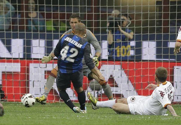 El brasileño Jonathan (de espaldas), del Inter, abrió el marcador al minuto 21. (Agencias)
