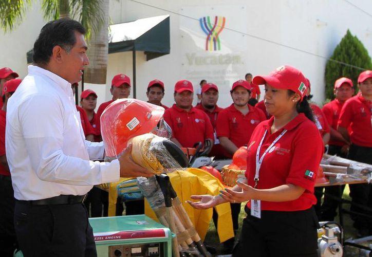 El secretario de Gobierno, Víctor Caballero Durán, entregó equipos para reforzar la protección civil en Yucatán. (SIPSE)