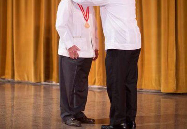 Don Adolfo Patrón Luján al recibir la Medalla Liderazgo Anáhuac. (SIPSE)