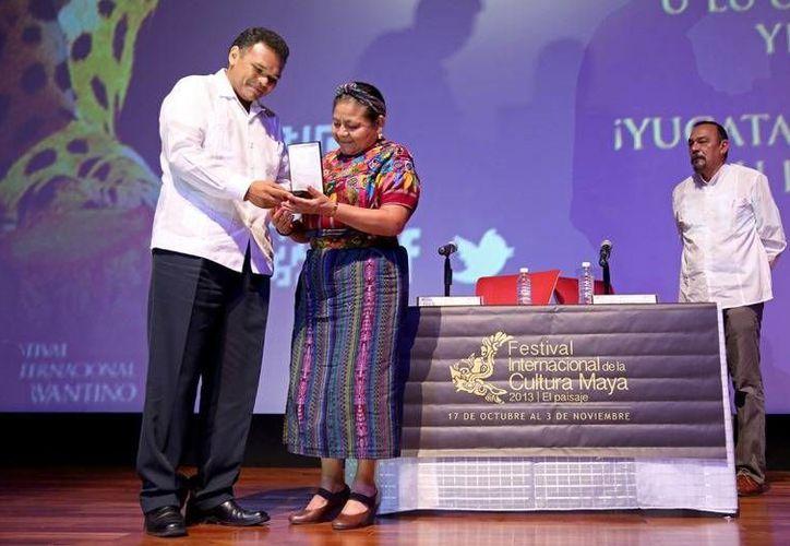 """Ayer, el gobernador Rolanda Zapata entregó la primera medalla """"Yuri Knórozov"""" a Rigoberta Menchú, Nobel de la Paz, en el FICMaya 2013. (Cortesía)"""