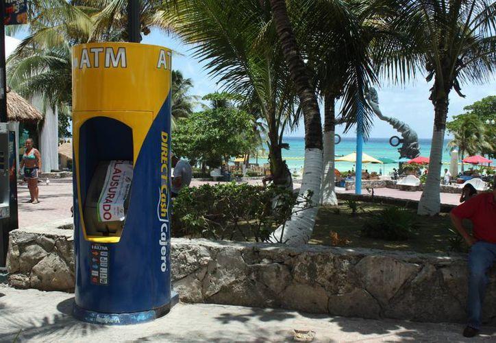 La remoción de cajeros automáticos de la Quinta Avenida en Playa de Carmen se realiza con el propósito de favorecer la movilización de los visitantes. (Luis Ballesteros/SIPSE)