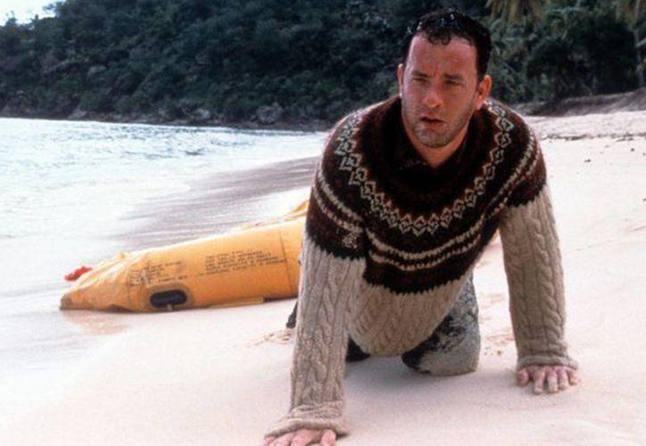 Tom Hanks (foto) está en negociaciones para trabajar con Clint Eastwood en una cinta sobre el Capitán Sully, quien salvó de una muerte segura a toda una tripulación. En la imagen una escena de la pelicula Castaway (Náufrago), por la que Hanks fue nominado al Oscar. (Foto: huffingtonpost.com)