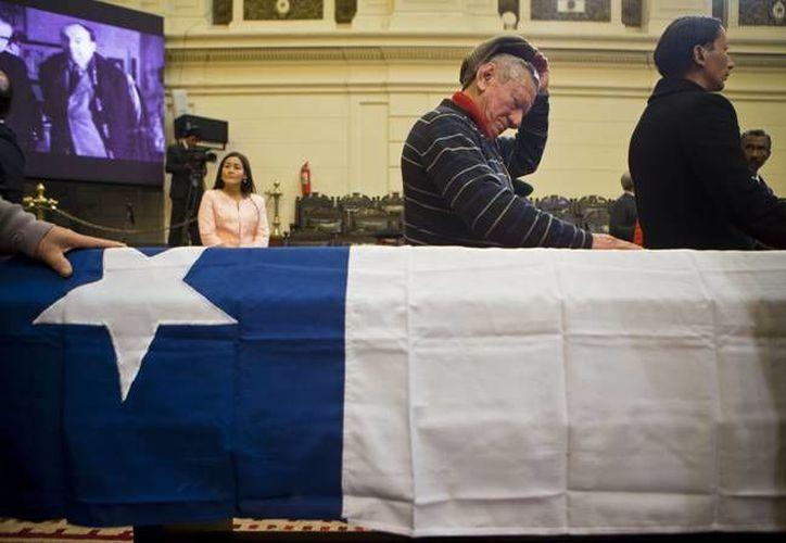 Los restos del poeta chileno Pablo Neruda, fueron despedidos tras ser exhumado hace tres años para establecer si murió de cáncer o fue asesinado en los inicios de la dictadura militar. ( AP)