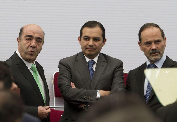 Ernesto Cordero (centro) dijo, respecto al IVA, que es un tema que corresponde al Ejecutivo. (Notimex)