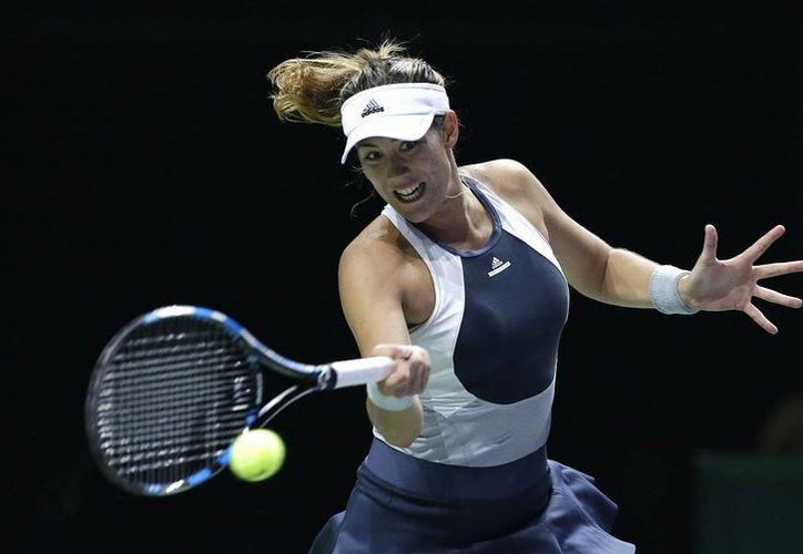 Garbiñe Muguruza (foto), de 22 años, ganó su primer partido en la Final de la WTA frente a Lucie Safarova. (AP)