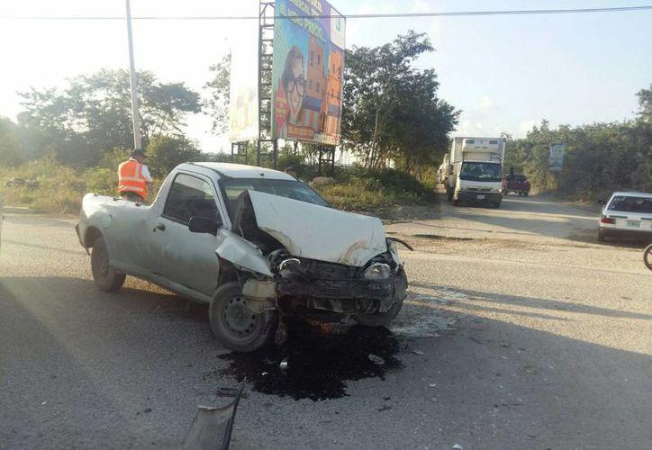 El auto impactado quedó en la avenida con su conductor en el interior. (Redacción/SIPSE)