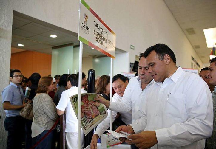 Zapata Bello encabezó ayer miércoles la entrega de tarjetas de Bienestar Social. (Facebook/Rolando Zapata Bello)