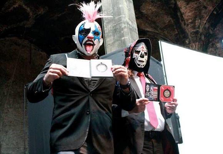 En la imagen, Psycho Clown(I) y La Parka con sus medallas conmemorativas. (Foto tomada de Mediotiempo)