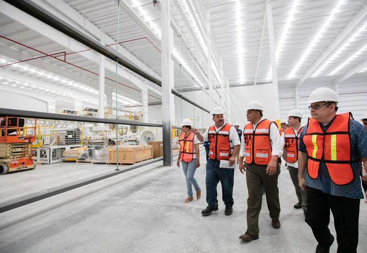 La planta Envases Universales de México, que se construye en Hunucmá,  producirá al año dos mil millones de latas. (Fotos cortesía del Gobierno)