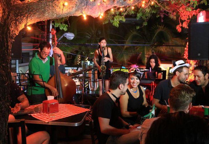 Bares y discotecas de la zona turística resintieron en la temporada baja una disminución en sus ingresos. (Adrián Barreto/ SIPSE)