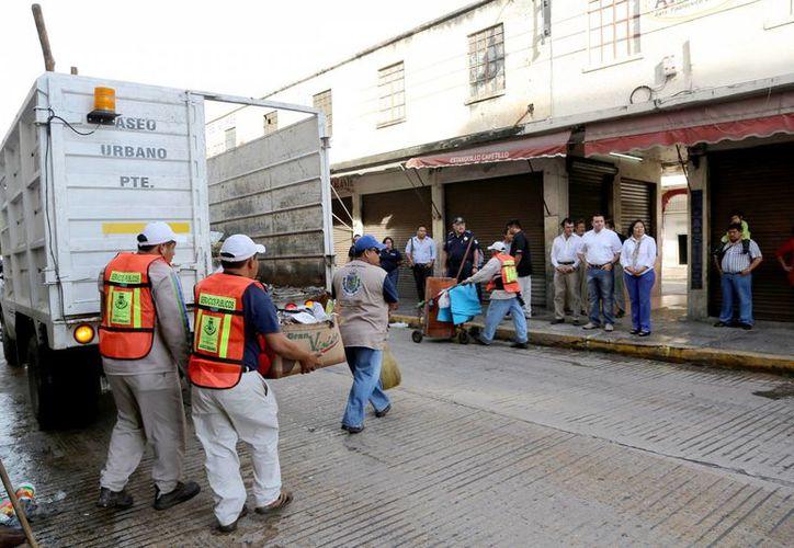 Escoba, palas y carritos, apoyados por camiones recolectores, fueron las armas utilizadas por los trabajadores municipales para dejar limpia a Mérida. (Cortesía)