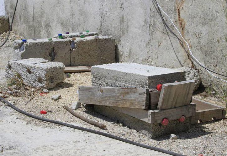 El objetivo es que estos plásticos sirvan para minimizar el uso de algún mortero para los bloques. (Ángel Castilla/SIPSE)