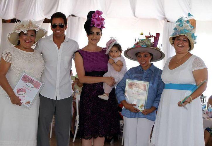 Las asistentes participaron de concursos para elegir a los mejores sombreros en las categorías: elegante, original y grupal. (Cortesía/SIPSE)