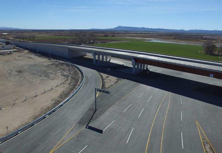 A través de los puentes fronterizos México y Estados Unidos han hecho negocios que alcanzan en total los 500 mil millones de dólares al año. En la foto, una de estas estructuras en Chihuahua. (Notimex)
