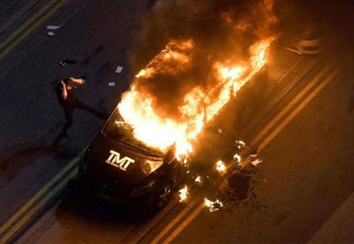 """Una de las camionetas lujosas del """"Money"""" fue incendiada a las afueras de un centro nocturno, en Birmingham. (Milenio Digital)"""