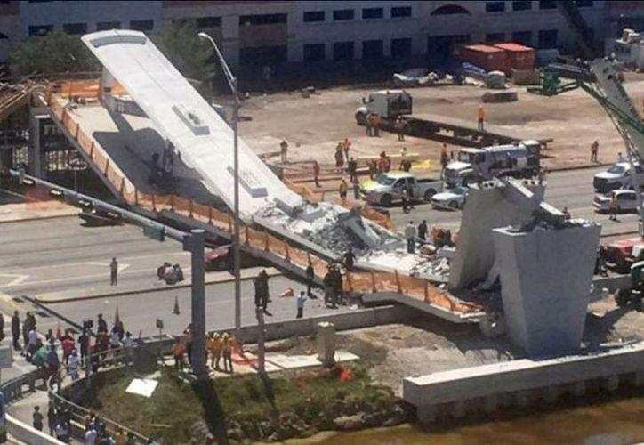 Autoridades informaron sobre el deceso de cuatro personas dentro de los ocho automóviles aplastados por el puente. (Foto: Contraportada)