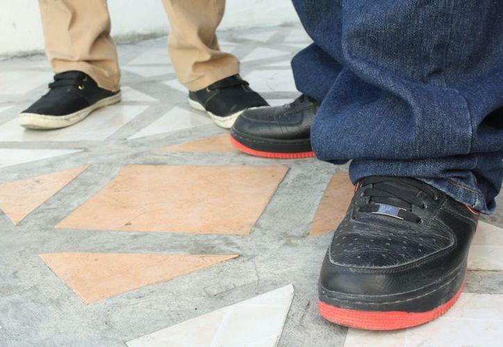 Alumnos suspendidos comentaron que no cuentan con los recursos para comprar calzado escolar. (Alida Martínez/SIPSE)