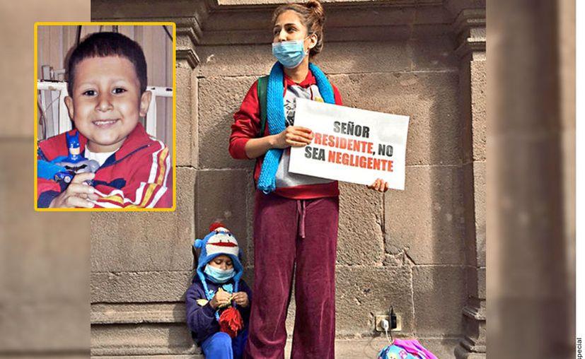 """Hace cuatro meses Alexis y su madre estuvieron en una protesta, con el mensaje: """"Señor Presidente, no sea negligente"""".  (Foto: Reforma)."""