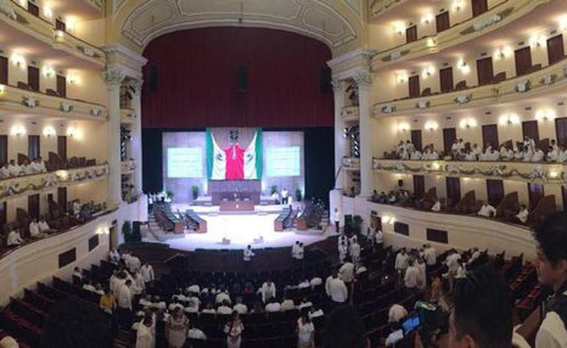 Interior del Teatro josé Peón Contreras, previo a la toma de protesta de Mauricio Vila Dosal. (Christian Coquet/MILENIO NOVEDADES)