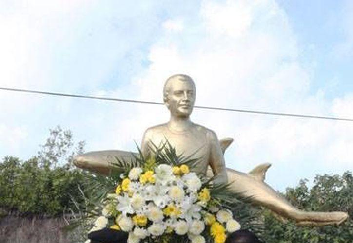 Colocaron una ofrenda floral para recordar el deceso de Ramón Bravo. (Cortesía/SIPSE)