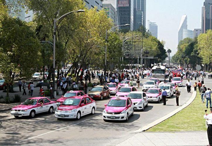 Manifestación de taxistas en Ciudad de México, el pasado 12 de octubre, contra Uber y Cabify.  El Movimiento Nacional Taxista anunció un paro nacional de servicios de taxi y de autotransporte en dos semanas. (Archivo/Notimex)