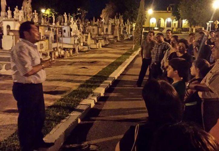 El recorrido de aproximadamente 50 minutos por el Cementerio General de Mérida es guiado por Wilbert Sosa Gutiérrez. (SIPSE)
