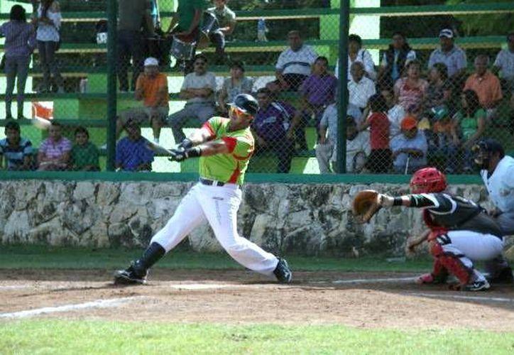 Antonio Auais, campeón jonronero, lideró la ofensiva ganadora de Bombarderos en duelo contra Astros en la colonia Cortés Sarmiento. (Milenio Novedades)