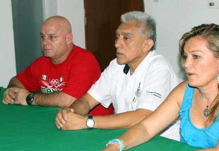Beatriz Várguez Méndez, presidenta de la asociación de gimnasia, y el entrenador José Luis Núñez García, durante el anuncio de la competencia en <i>La Inalámbrica</i>. (Milenio Novedades)