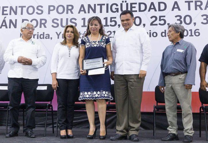 El gobernador Rolando Zapata durante la entrega de estímulos y reconocimientos a burócratas. (Foto cortesía del Gobierno estatal)