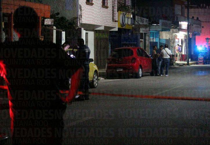 Elementos de la Policía Municipal y Ministerial, quienes confirmaron a una persona lesionada con arma de fuego. (Foto: Octavio Martínez/SIPSE)