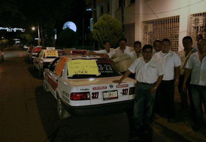 Taxistas del FUTV están en paro desde las primeras horas de la madrugada de este martes. (SIPSE)