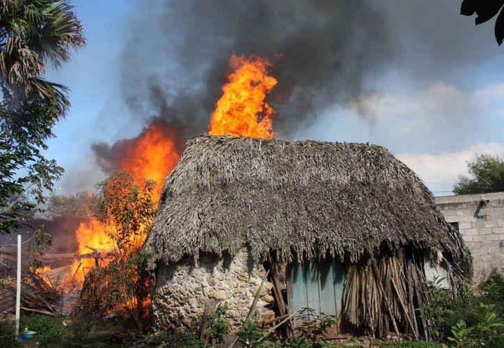 Las cuatro casas de paja fueron presa fácil de las llamas. (Milenio Novedades)