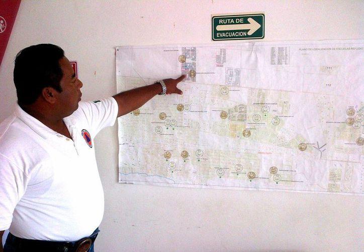 El director operativo de Protección Civil, Lucio Salvador Arguea, explicó que este año pretenden sumar 10 o 12 edificios a la lista de refugios anti huracanes.  (Daniel Pacheco/SIPSE)