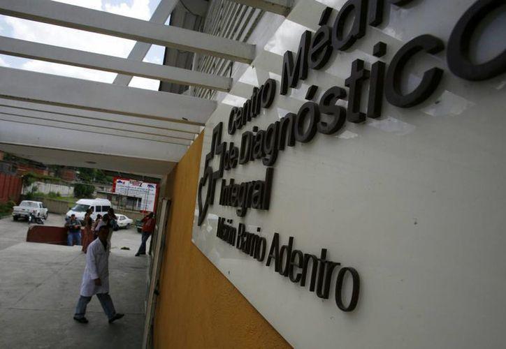 """Un médico entra al Centro Integral de Diagnóstico del programa sanitario """"Barrio Adentro"""", en la parroquia Antimano, en Caracas, Venezuela. (EFE/Archivo)"""