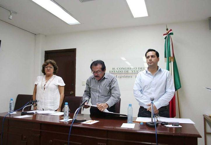 Luis Echeverría Navarro (centro) tendrá en sus manos la responsabilidad de convocar a elecciones en el PRI  municipal de Mérida. (Archivo/SIPSE)