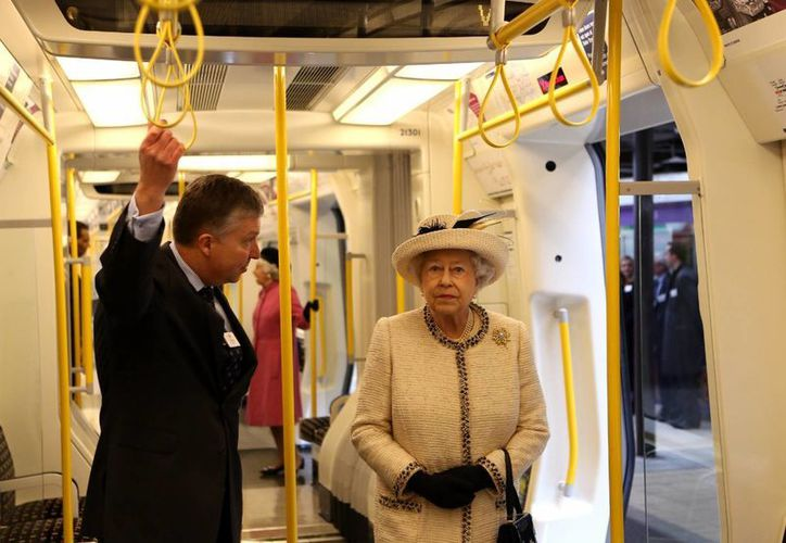 Con buen aspecto y sonriente, la reina Isabel II de Inglaterra reapareció hoy en público. (Agencias)
