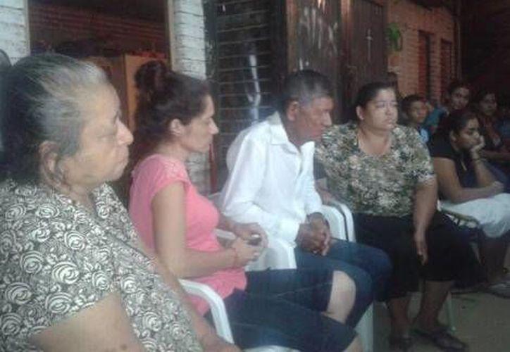 La familia en espera de la resolución del tribunal. (Alejandro Madrigal/Milenio)