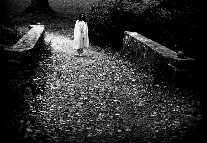 """La niña fantasma llamada """"Mayola"""" juega con sus hermanas en el parque de Itzimná. (Jorge Moreno/SIPSE)"""