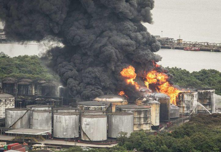 La empresa Ultracargo, del Grupo Ultra y la mayor compañía de Brasil dedicada al almacenamiento de líquidos, comunicó que otro tanque fue afectado este sábado y provocó una explosión. (EFE)