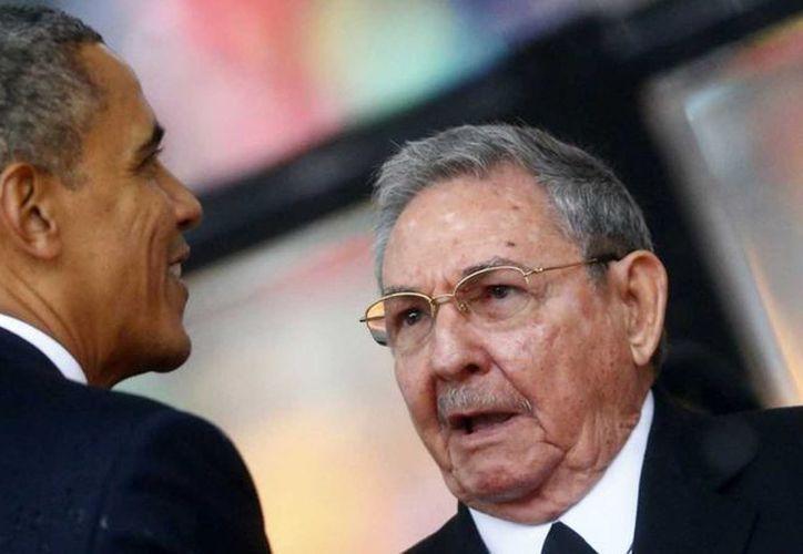 Imagen del encuentro entre Barack Obama y Raúl Castro en La Habana, Cuba. Estados Unidos retiró a Cuba de lista sobre terrorismo. (Archivo/AP)