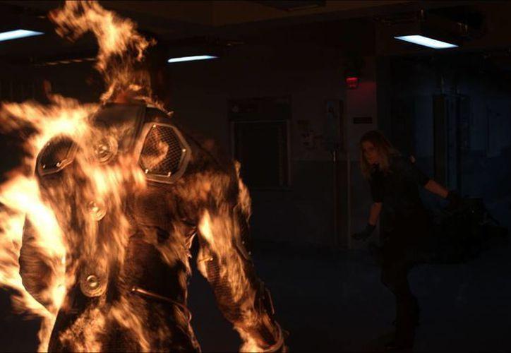 """Poco a poco las superheroínas ganan terreno en los filmes de acción de Marvel. En la foto, Kate Mara (d) en el papel de Sue Storm en una escena de la película """"Fantastic Four"""". (AP)"""