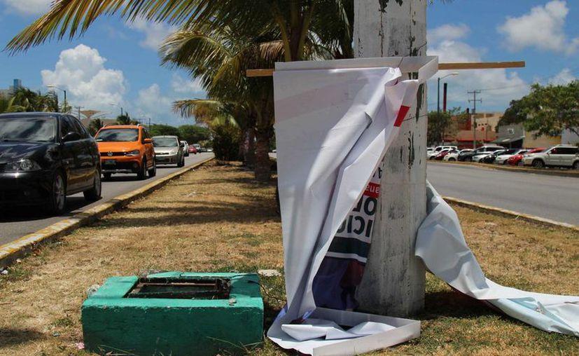 En algunos puntos de la ciudad las mantas utilizadas durante las campañas políticas han sido despedazadas. (Tomás Álvarez/SIPSE)