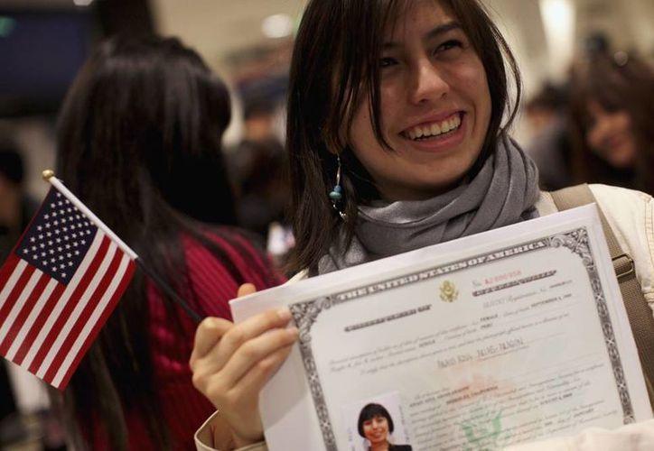 El aspirante a obtener la ciudadanía norteamericana deben comprobar, entre otras cosas, el dominio del idioma inglés. (pri.org)