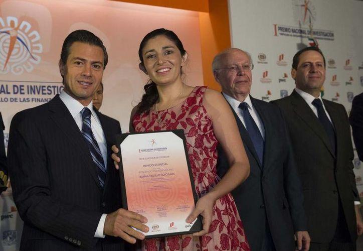 Juanita Trujillo Totosaus recibe el Premio Nacional de Investigación de manos del presidente Enrique Peña Nieto. (presidencia.gob.mx)