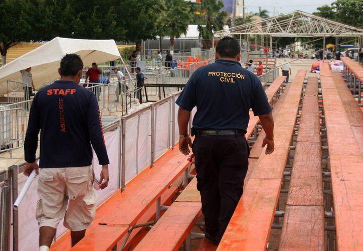 Verifican la correcta instalación de las gradas, puentes, carpas y estructuras de metal. (Cortesía/SIPSE)