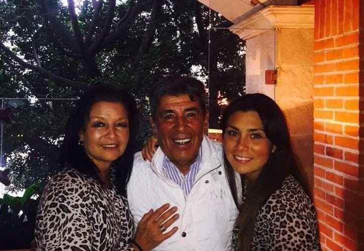 El técnico chileno de Tiburones Rojos de Veracruz ha sido criticado porque en vez de dirigir al equipo contra Monterrey este sábado, acompañará a su hija Karla en su boda. (Twitter.com)
