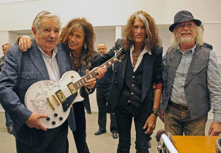 Mujica anunció que para obtener más dinero para el 'Plan Juntos' subastará la guitarra que le dio Aerosmith. (Agencias)