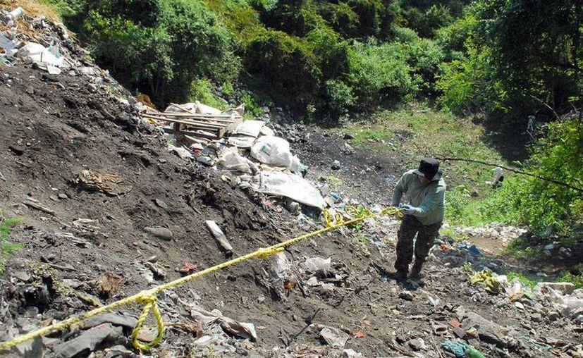 Peritos argentinos confirmaron el hallazgo, en el basurero de Cocula, de restos que corresponde el estudiante Alexander Mora Venancio, uno de los 43 desaparecidos de Ayotzinapa. La imagen es de archivo y corresponde al trabajo de peritos de PGR. (NTX)