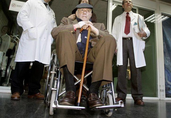 Di Stéfano en foto del 19 de enero de 2006 al abandonar el hospital La Fe en Valencia, España. (Fotos: AP)