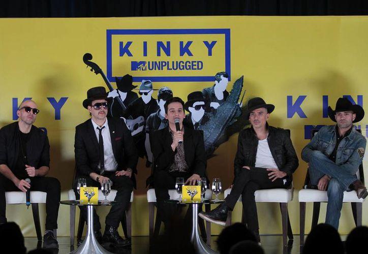 La banda Kinky celebra 15 años de trayectoria con un nuevo disco. (Notimex)